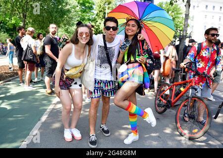 Viena, Austria. 19th de junio de 2021. Por 25th veces el desfile del arco iris (Orgullo de Viena) tendrá lugar en Ringstrasse de Viena. Este año, el desfile tendrá lugar sin vehículos, es decir, a pie, con una silla de ruedas o bicicleta, y por lo tanto está volviendo a sus raíces.