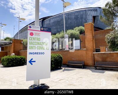 Roma, Italia 9 2021 de junio: Señal de entrada a un centro de vacunación Covid-19 en Roma dentro del auditorio Parco della Musica. Covid-19 schedu de vacunación