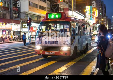 Mong Kok, Kowloon, Hong Kong - 14 DE OCTUBRE de 2017 : Transporte público en la calle Argyle y la calle Nathan, Kowloon, Hong Kong el 14 de octubre de 2017.