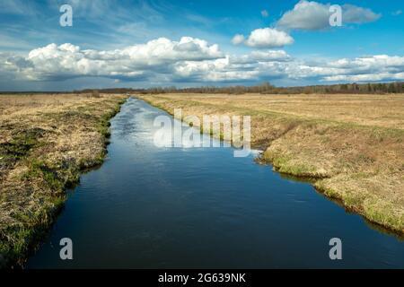 El tranquilo río Uherka fluye a través del pueblo de Czulczyce en el este de Polonia, vista de primavera