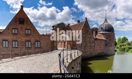 Hillerod, Dinamarca - 16 de junio de 2021: Vista detallada del complejo palaciego en el Castillo Frederiksborg en Hillerod