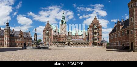Hillerod, Dinamarca - 16 de junio de 2021: Vista panorámica del Castillo Frederiksborg en Hillerod en un hermoso día de verano