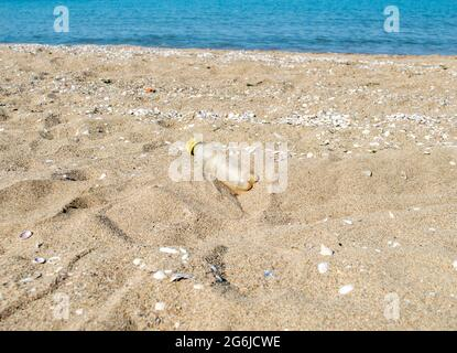 Botella de agua de plástico amarillo residual en la playa.Beat Plástico Pollution.beach pollution.plastic botellas en el mar beach.eco Concept.Close-up.