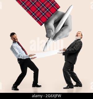 Imagen creativa de dos hombres en ropa de negocios sosteniendo una hoja grande de papel sobre fondo claro.