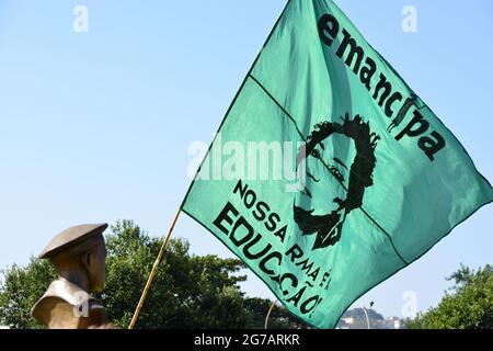 Rio de Janeiro–3 de julio de 2021:Bandera con la imagen de la consejera asesinada Marielle Franco se hincha durante una protesta contra el presidente de Brasil, Bolsonaro