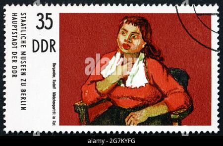ALEMANIA - ALREDEDOR de 1974: Un sello impreso en Alemania muestra Chica en Rojo, Pintura de Rudolf Bergander, alrededor de 1974