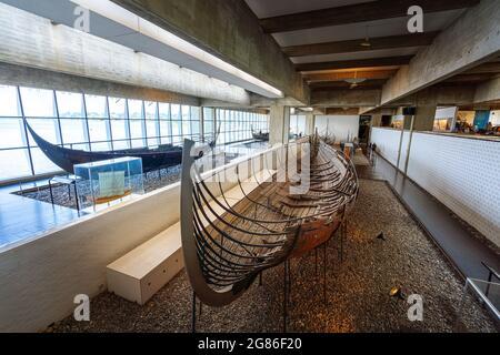 Barco Viking Skuldelev 2 en el interior del Museo de Barcos Viking - Roskilde, Dinamarca