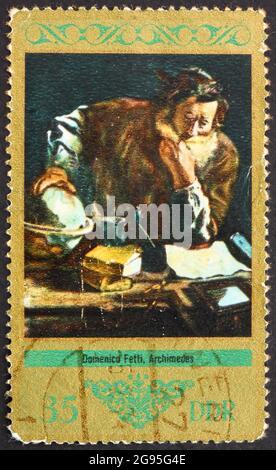 GDR - ALREDEDOR de 1973: Un sello impreso en GDR muestra Arquímedes, Pintura de Domenico Fetti, alrededor de 1973