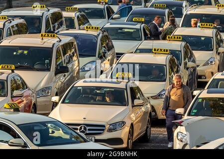 Berlín, Alemania - 15 de septiembre de 2018: Taxis en Berlin Tegel - Aeropuerto Otto Lilienthal Estacionamiento, TXL, EDDT