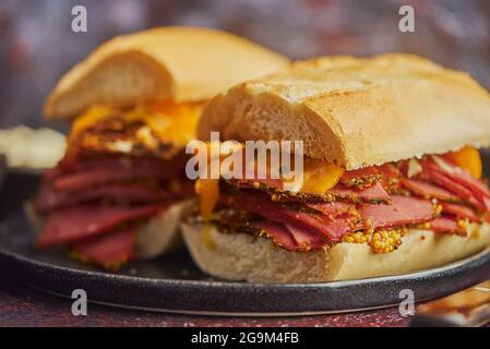 Sabrosos sándwiches de reuben a la parrilla de gran lujo con carne de pastrami y queso cheddar