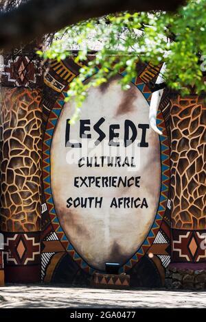 Lesedi Cultural Village, Sudáfrica - 4th de noviembre de 2021: Un signo de bienvenida para la experiencia cultural Lesedi, en el diseño geométrico tradicional africano