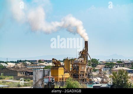 Humo de la chimenea de una pequeña fábrica de contaminación ambiental