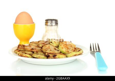 Calabacín frito con huevos para desayunar aislado en blanco