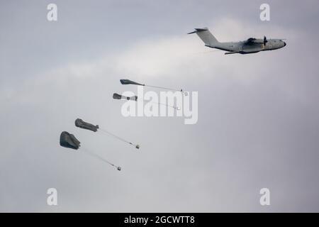 Airbus Defense & Space, A400M Atlas RAF Despertar suministros de paletas de paracaídas en un ejercicio militar Salisbury Plain, Reino Unido