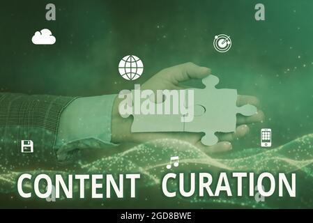 Título conceptual Curación de contenido. Enfoque de negocio Proceso de recopilación de información relacionada con un tema determinado Mano de sujeción Jigsaw Puzzle Piece