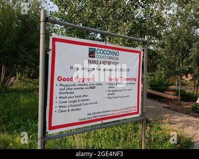 Coconino County Arizona Parks and Recreation Signo recordando a los visitantes buenas prácticas de higiene y distanciamiento social para ayudar a evitar la propagación de Covid.