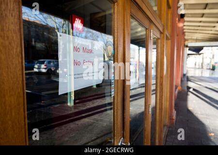 Bendigo, Australia, 21 de agosto de 2020. A pesar de que hay muy pocos casos activos en la región de Victoria, las máscaras se han hecho obligatorias, incluso cuando se trabaja solo en granjas y el público no se permite salir de sus hogares a menos que se lleven una durante COVID-19 en Bendigo, Australia. A pesar de que el consejo mayor de Bendigo solo tiene 27 casos de Coronavirus activos y está cayendo, la ciudad se está tambaleando bajo la etapa 3 de restricciones donde se cierran los negocios, las crecientes preocupaciones sobre la salud mental y el requisito obligatorio de usar máscaras, en muchos casos cuando las calles están completamente vacías. Victoria grabó unano