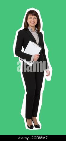 Bonita mujer de negocios llevando un portapapeles vacío. Estilo revista aislado