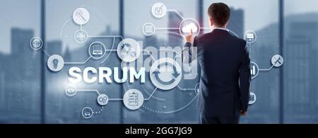 SCRUM. La mano presiona el scrum de inscripción en un panel virtual. Metodología de desarrollo ágil.