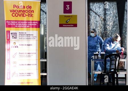 BUENOS AIRES, 30.08.2021: Un puesto de vacunación recibe adultos para aplicar la segunda dosis de la vacuna Sputnik V contra Covid-19.