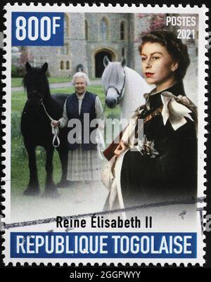 Reina Elisabeth II con caballos en sello postal