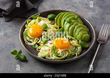 desayuno keto de bajo carb al horno con calabacín espiralizado con huevos y aguacate