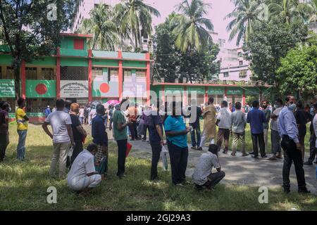 Dhaka, Bangladesh. Septiembre de 7,2021: Los bangladesíes usan máscaras faciales y se ponen en cola para recibir una segunda dosis de la vacuna Moderna Covid-19 durante una campaña de vacunación masiva en un centro de vacunación en Dhaka. Crédito: Sazzad Hossain/Medialys Images/Alamy Live News