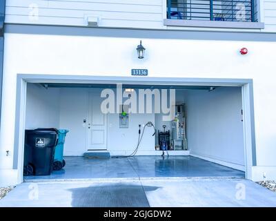 Orlando, FL Estados Unidos - 3 de septiembre de 2021: Un garaje organizado, limpio y libre de alboroto en un vecindario.