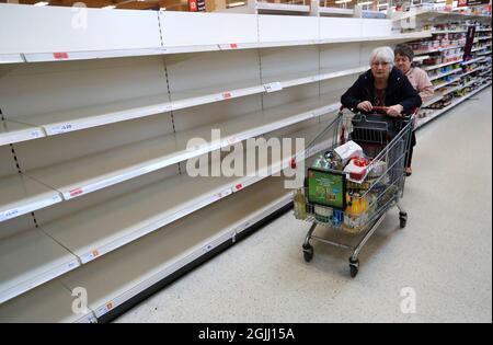 Foto del archivo fechada el 19/03/2020 de estantes vacíos en un Sainsburys. El jefe de la Federación de Alimentos y Bebidas ha dicho que los días en que los consumidores del Reino Unido podrían esperar recoger casi cualquier producto que quieran en las estanterías de los supermercados han terminado. Ian Wright, director ejecutivo del organismo, dijo que la escasez de conductores de camiones se debe en parte a que se trasladan a minoristas en línea y comienzan a entregar para Amazon y Tesco. Fecha de emisión: Viernes 10 de septiembre de 2021.