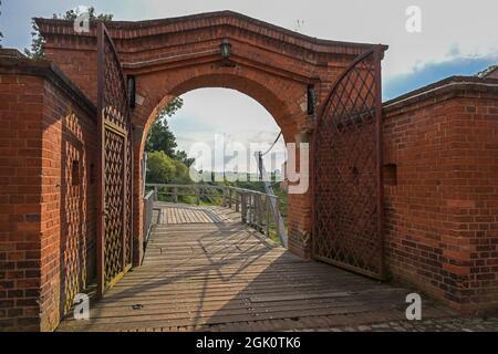 Vista al puente de drenaje a través de la puerta de entrada de la histórica fortaleza de ladrillo de Domitz en el río Elba en el norte de Alemania, copia espacio, seleccionado