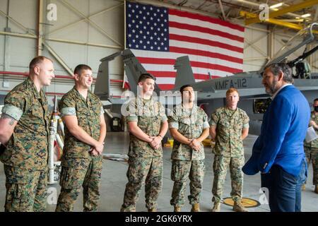 El Senador de Texas Ted Cruz habla con Marines del Escuadrón de Ataque de Bomberos Marinos 112 (VMFA-112), Grupo de Aviones Marinos 41, 4th Marine Aircraft Wing, durante la visita del senador a VMFA-112, un escuadrón de la Reserva de las Fuerzas Marinas con sede en Texas a bordo de la Base de Reserva Conjunta de la Estación Aérea Naval Fort Worth, el 19 de agosto de 2021.