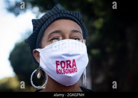 Salvador, Bahia, Brasil - 11 de junio de 2021: Manifestantes protestan contra el gobierno del presidente Jair Bolsonaro en la ciudad de Salvador.