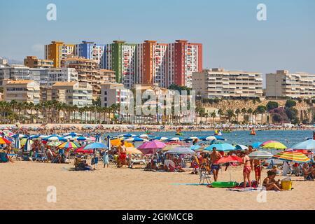 Verano en la costa mediterránea. Playa de Villajoyosa. Costa de Alicante, España