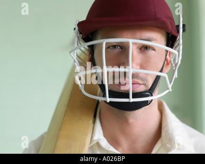 Jugador de cricket con casco y celebración de bat, primer plano, retrato