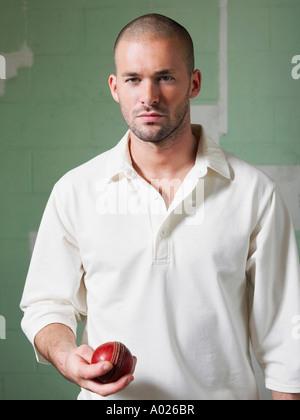 Jugador de cricket sosteniendo la bola, Retrato
