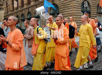 Calle de cantar el Hare Krishna por Harinamas en Praga República Checa