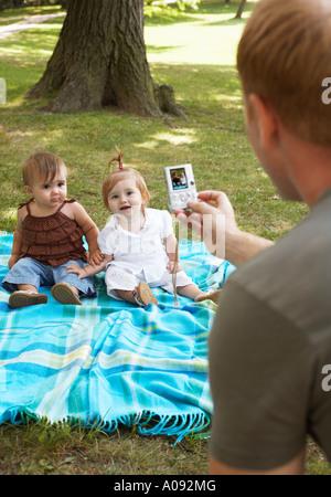 Padre tomar la fotografía de bebés con cámara digital