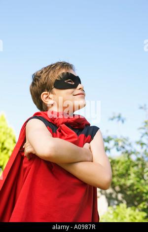 Retrato de niño usando traje de súper héroe