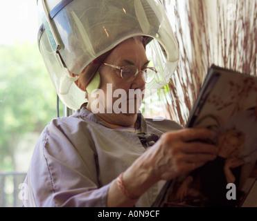 Lady 70s 80s en las peluquerías tradicionales Inglaterra Foto de stock