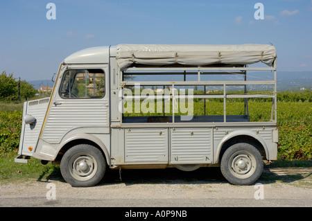Una vista lateral de un viejo Citroen h-van, Provenza, Francia