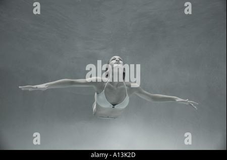 Mujer joven buceo libre en aguas someras