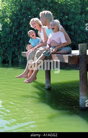 Familia en un embarcadero