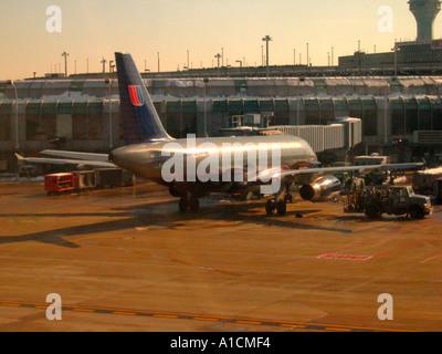 United Airlines jet en OHare Field Airport de Chicago, Illinois, EE.UU.