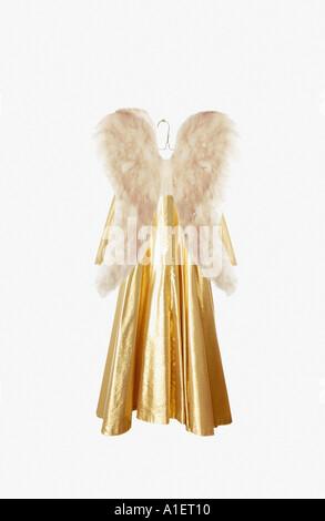 Traje de ángel en el colgador