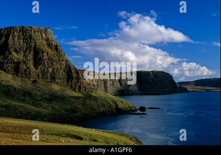 Vista de Waterstein Head y Moonen Bay desde Neist Point Isle Of Skye Foto de stock