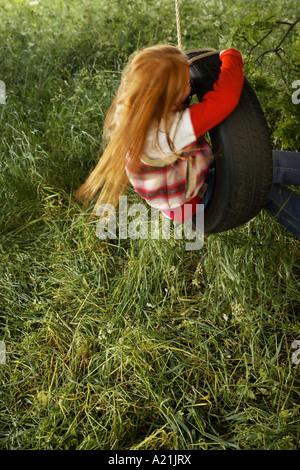 Una Nina En Un Columpio De Cuerda Alta En El Aire Woodstock Nueva York Ee Uu Ee Uu Fotografia De Stock Alamy