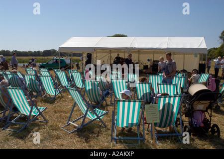 St Ives regata verano sillas de cubierta en el campo Foto de stock