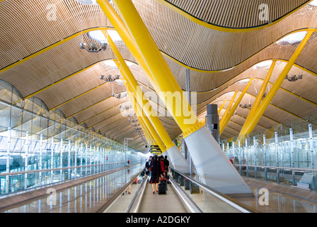Travelator en la Terminal 4 en el aeropuerto Barajas de Madrid, diseñado por Richard Rogers Partnership, España