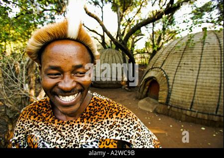 La gente Zulú hombre con traje tradicional modelo publicado el Poblado Cultural de Lesedi, cerca de Johannesburgo, Sudáfrica