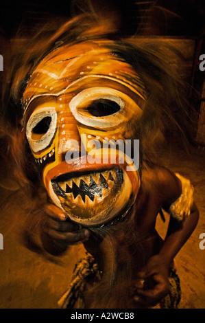 Bailarina en máscara Tokolosh máscaras africanas representan a los espíritus de los antepasados Poblado Cultural de Lesedi Sudáfrica